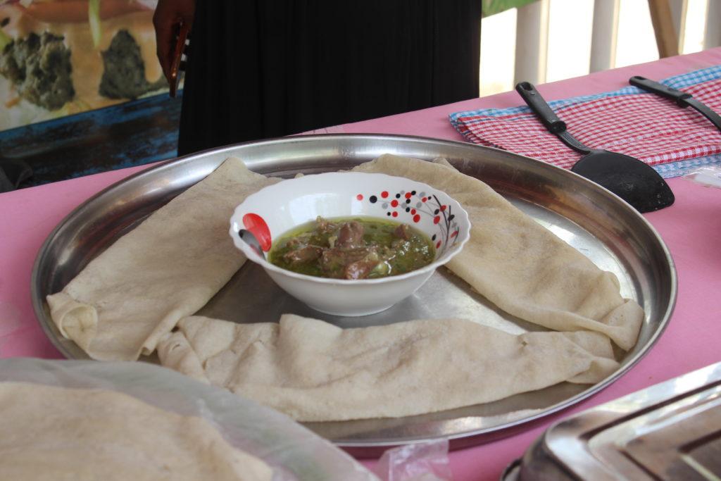 Sauce de gombo frais avec ses galettes de riz - Les plats incontournables tchadiens.